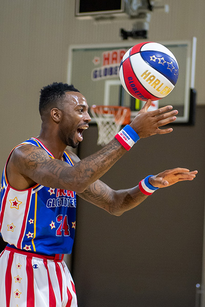 harlem-globetrotters-getting-basketball-in-net